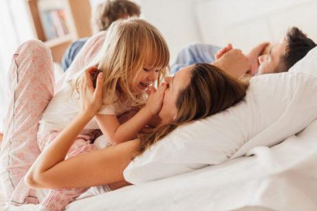 mateřství, rodina a vztahy - spolu v posteli