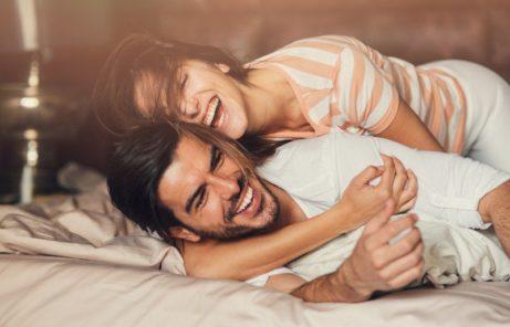 spokojený manželský pár vposteli